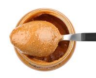 Beurre d'arachide crémeux dans la cuillère et le pot image libre de droits
