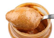 Beurre d'arachide crémeux dans la cuillère et le pot images stock