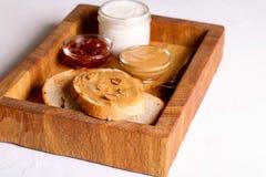Beurre d'arachide crémeux sur une tranche de sandwich à beurre d'arachide de pain grillé photos stock