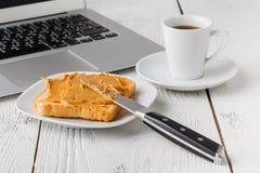 Beurre d'arachide crémeux sur une tranche de sandwich à beurre d'arachide de pain grillé pour le petit déjeuner photographie stock libre de droits