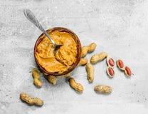 Beurre d'arachide dans la cuvette photographie stock