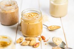 Beurre d'arachide dans le pot en verre image stock