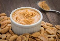 Beurre d'arachide en cuvette et arachides Photos libres de droits