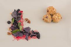 Beurre d'arachide et boules d'avoine Photographie stock