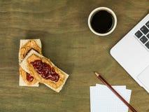 Beurre d'arachide et confiture ou Jelly With par tasse de café noir Images stock