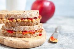 Beurre d'arachide et sandwich à gelée photographie stock libre de droits
