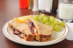 Beurre d'arachide et sandwich à gelée avec du lait photographie stock