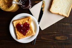 Beurre d'arachide et sandwich en forme de coeur à gelée Photo stock