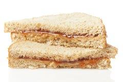 Beurre d'arachide et sandwich faits maison à gelée image libre de droits