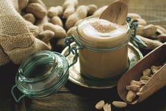 Beurre d'arachide frais dans le pot en verre images stock