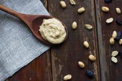 Beurre d'arachide sur la cuillère images stock