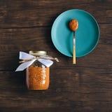 Beurre d'arachide sur la vieille table en bois Images stock
