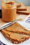Beurre d'arachide sur le pain grillé Photo libre de droits