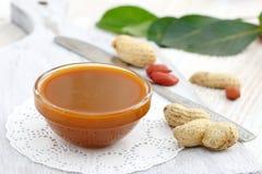 Beurre d'arachide sur un bol en verre Photo libre de droits