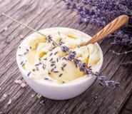 Beurre de fines herbes pour le petit déjeuner avec des fleurs de lavande Photographie stock