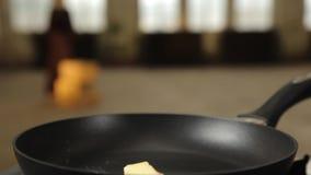 Beurre de fonte sur la casserole clips vidéos