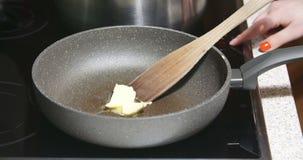Beurre de fonte sur la casserole chaude clips vidéos
