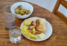 Beurre de pain et petit déjeuner d'oeufs de pomme de terre Photos libres de droits