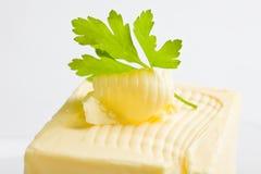 Beurre enroulé avec le persil photo stock