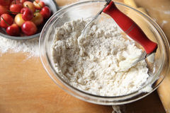 Beurre et farine de mélange pour la pâte à tarte Photographie stock libre de droits
