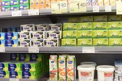 Beurre et yaourt dans un supermarché images libres de droits