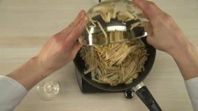 Beurre fondant sur une poêle chaude clips vidéos