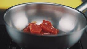 Beurre fondu sur une casserole clips vidéos