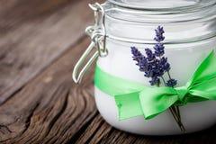 Beurre naturel DIY de corps de lavande et de noix de coco Photos stock