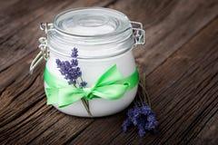 Beurre naturel DIY de corps de lavande et de noix de coco Images stock