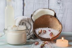 Beurre pour le corps de la noix de coco et des roses photo stock