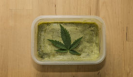 Beurre vert de marijuana après avoir fini la cuisson Image stock