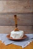 Beurrez du plat, du pot d'argile et de la cuillère sur la serviette de toile Stil rustique photos libres de droits