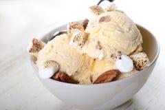 Beurrez la crème glacée de noix de pécan avec les noix de pécan et les guimauves grillées Images stock