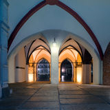 Beurrez le passage menant par vieux hôtel de ville dans Stralsund Photographie stock