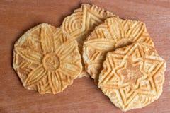 Beurrez les chips ou les biscuits de gaufre sur le fond en bois photo stock