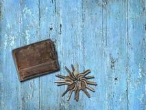 Beurs en een sleutelbos op een blauwe houten achtergrond Stock Foto