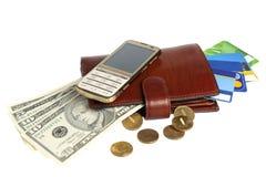 Beurs met geld, creditcards en mobiele die telefoon op whit wordt geïsoleerd Royalty-vrije Stock Foto