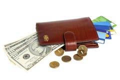 Beurs met geld en creditcards op witte achtergrond worden geïsoleerd die Stock Afbeelding
