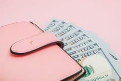 Beurs met honderd dollarsbankbiljetten op roze achtergrond Vlak leg, hoogste mening, exemplaarruimte stock fotografie