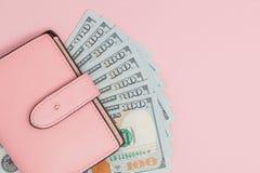 Beurs met honderd dollarsbankbiljetten op roze achtergrond Vlak leg, hoogste mening, exemplaarruimte stock afbeelding