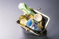 Beurs met muntstukken en rekeningen royalty-vrije stock afbeeldingen