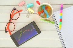 Beurs met smartphone Stock Foto's