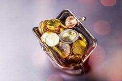 Beurs met vele muntstukken stock afbeeldingen