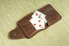 Beurs van leer en speelkaarten wordt gemaakt die Royalty-vrije Stock Afbeeldingen