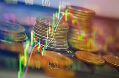 Beursmarkt of forex van de de analyseinvestering van de handelgrafiek de indicator gouden muntstuk stock foto