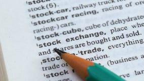 Beursuitdrukking in Engels en woordenboek, banden die, handel verkopen kopen stock videobeelden