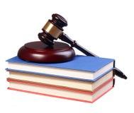 Beurteilen Sie Gavel und Bücher lokalisiert auf weißem Hintergrund. Gesetzeskonzept Lizenzfreie Stockfotos