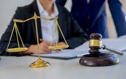 Beurteilen Sie Hammer mit den Gerechtigkeitsrechtsanwälten, die Teambesprechung an der Sozietät haben stockbild