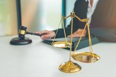 Beurteilen Sie Hammer mit Gerechtigkeitsrechtsanwälten, Geschäftsfrau in der Klage oder lawye lizenzfreie stockfotografie