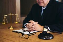 Beurteilen Sie Hammer mit Gerechtigkeitsrechtsanwälten, Geschäftsmann in der Klage oder Rechtsanwalt stockbild